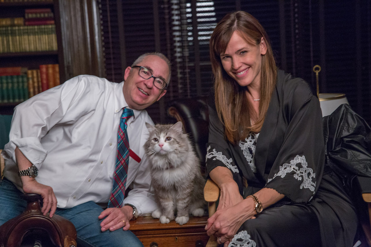 """M143 (Left to right.) Director, Barry Sonnenfeld and stars Mr. Fuzzypants and Jennifer Garner on the set of EuropaCorp's   """"NINE LIVES"""".Photo Credit: Takashi Seida© 2016 EuropaCorp."""