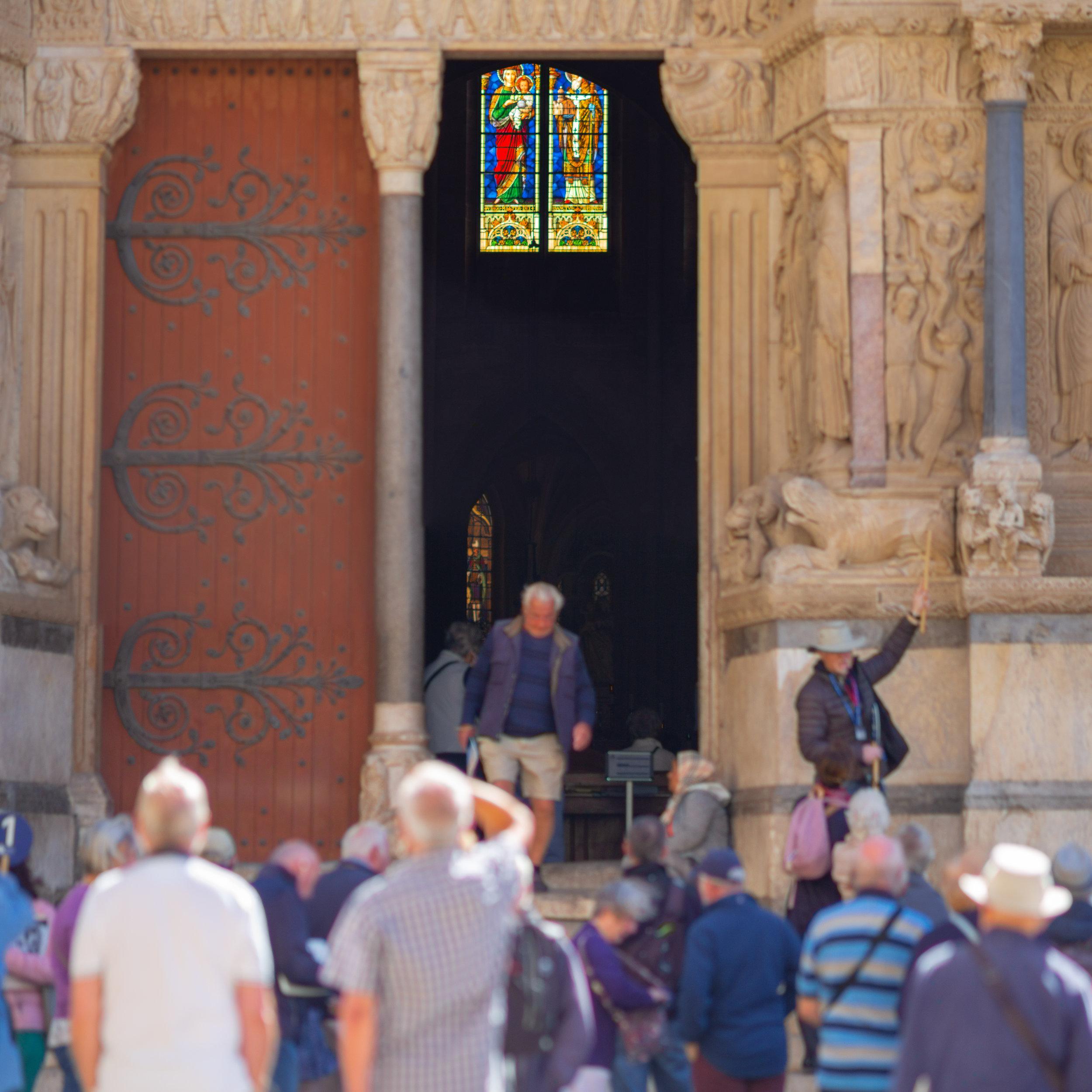 Tourists, Église Saint Trophime, Arles