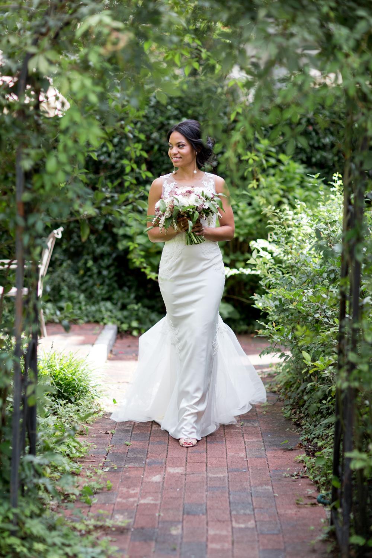 Airlie Gardens Wedding 04.jpg