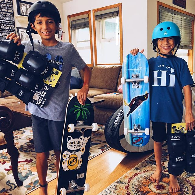 After we arrived to Maui last week we received a card in the mail with some money. Someone heard about the boys donating their skateboard money and wanted to help them buy their skateboards. This morning we went down to @hitechsurf and got them set up. In the afternoon we were with the cousins, testing out the gear.
