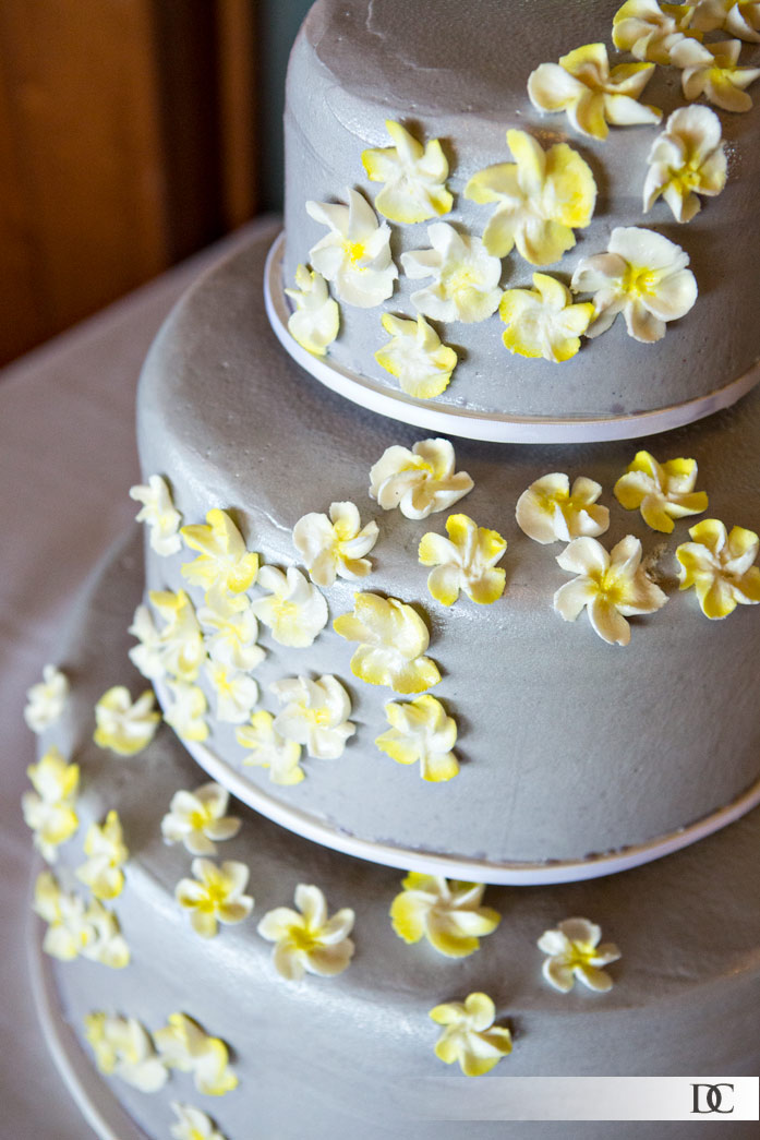 I love the delicate touch of yellow on the wedding cake's flowers.