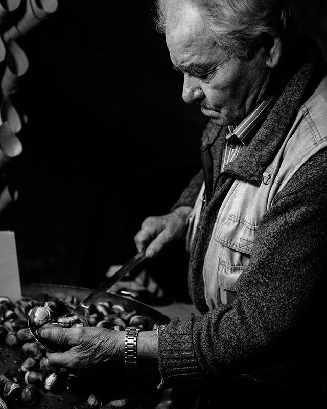 All these chilly nights are making me think back to #Rome in 2016, and the piping hot chestnuts roasting on a little cart, and how they warm your hands and soul. The texture of the fellow serving them made me wonder about his story. Has he been plying this time-honored trade in the same square since his youth? Is he an immigrant with few job prospects? A wealthy industrialist who uses the cart to surreptitiously mingle with commoners? 48mm f/2.8 1/100sec ISO 800 #italy #trevifountain #canon5dmarkiii #blackandwhite