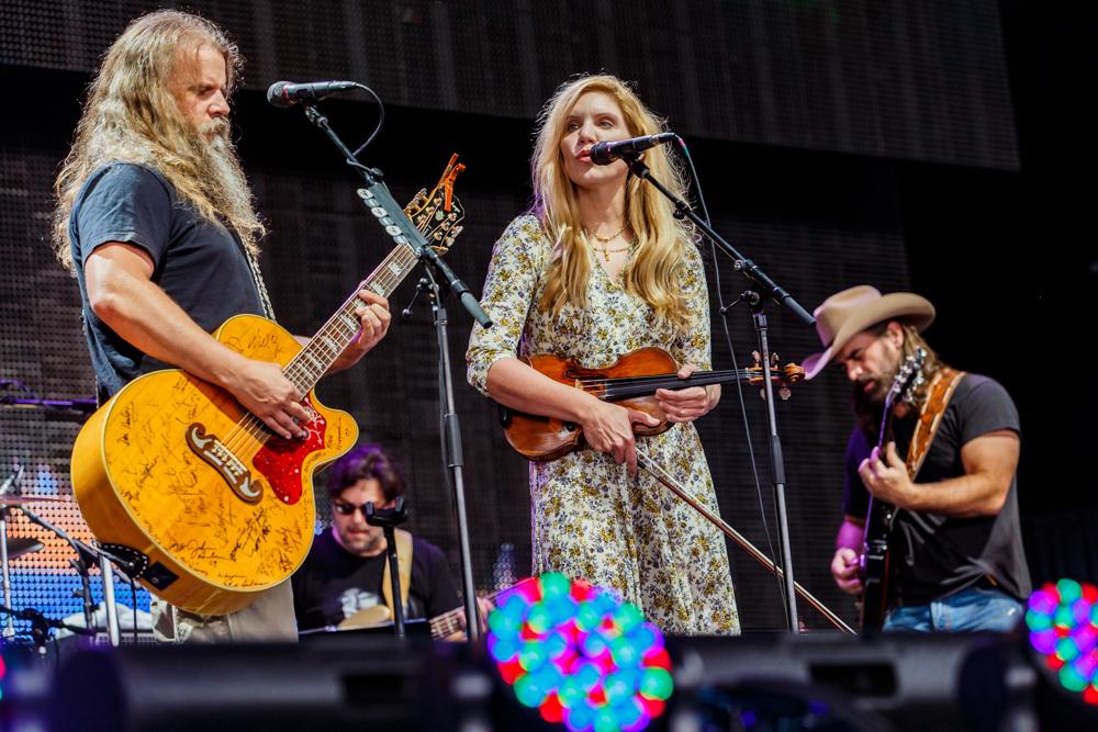 Jamey Johnson with Alison Krauss performing at Farm Aid 2016 on September 17th, 2016 (photo by Matt Condon / @arcane93)