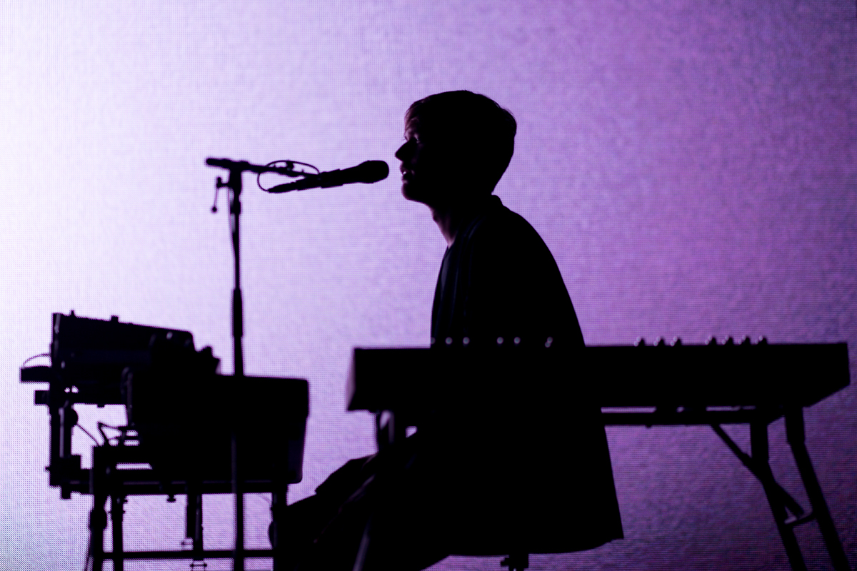 James Blake performing at the Lincoln Theatre in Washington, DC - 10/1/16 (photo by Mauricio Castro / @TheMauricio)