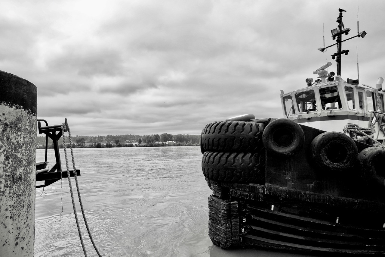 """Saam Smit Towage Canada tugboat """"SMIT HUNTER"""" in Fraser River, New Westminster, B.C."""
