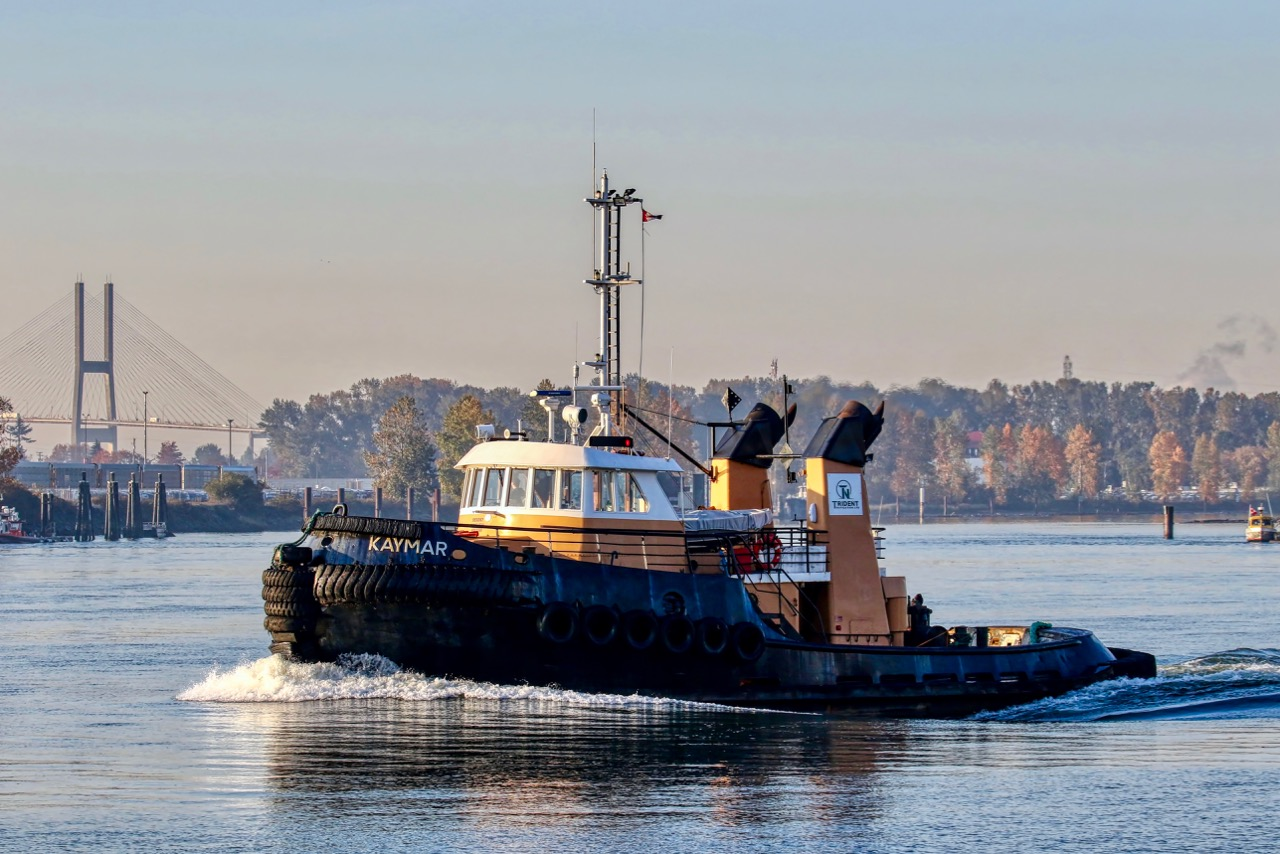 """Pacific Towing Services Ltd. tugboat """"KAYMAR"""" in Fraser River"""