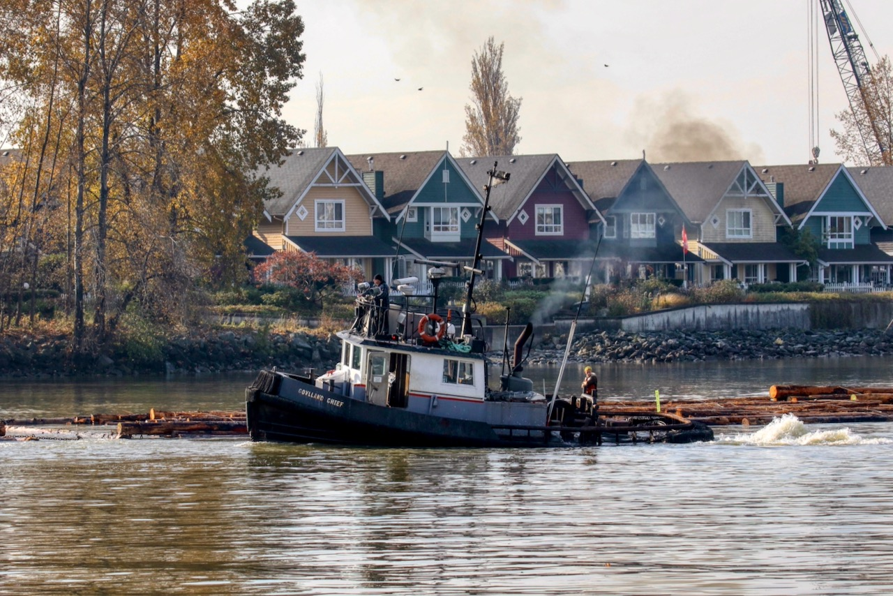 """Quadrant Towing tugboat """"GOWLLAND CHIEF"""" guides log boom in Fraser River"""