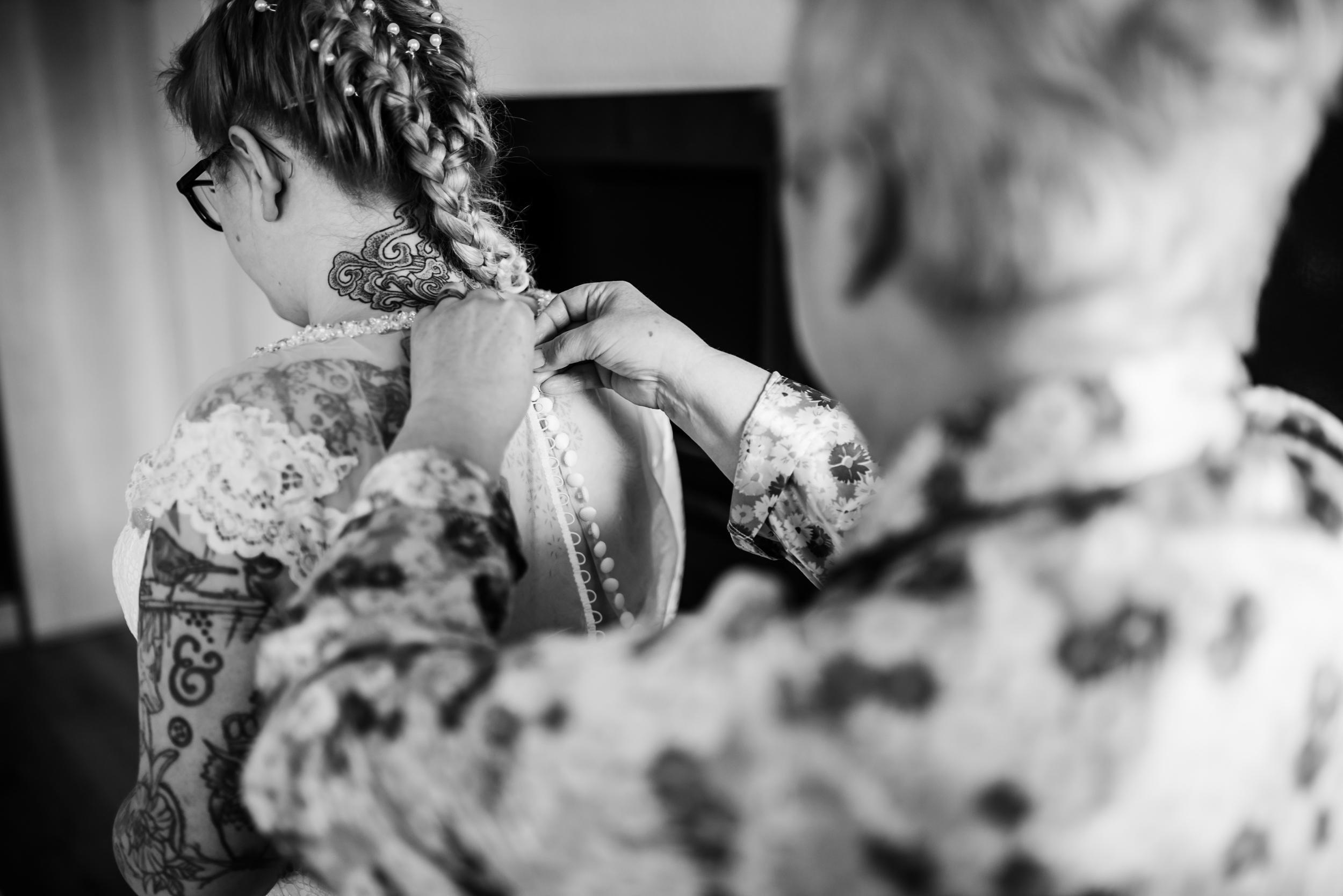 Mum does up the brides dress