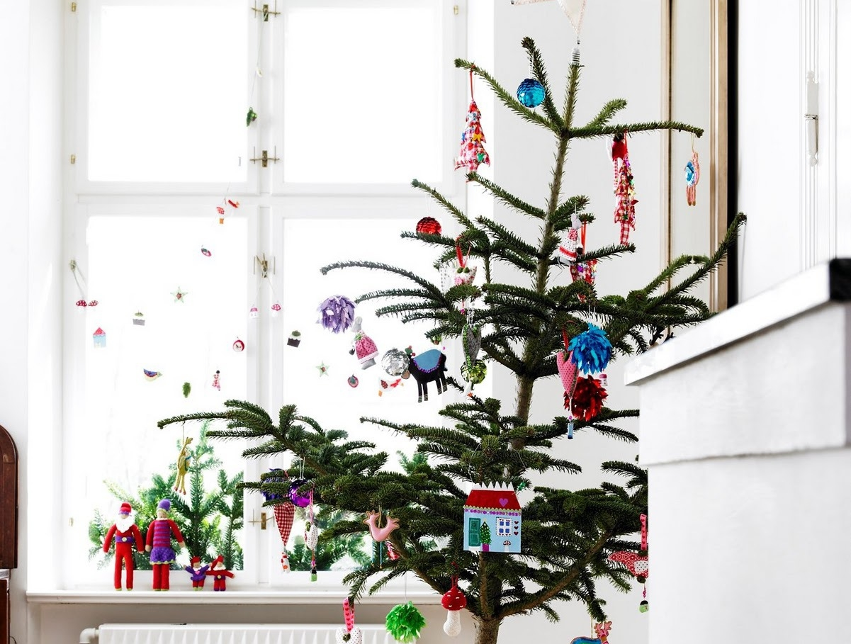 With just a few well-chosen ornaments and a single strand of lights, a