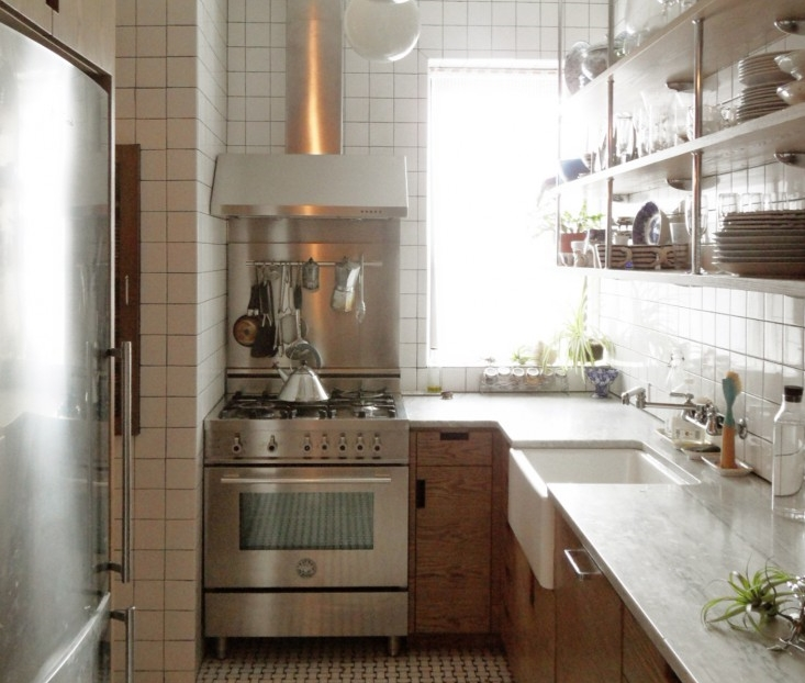 A Small New York City Apartment Kitchen Is Made Light Bright Larger Smallspacesolutions Designed