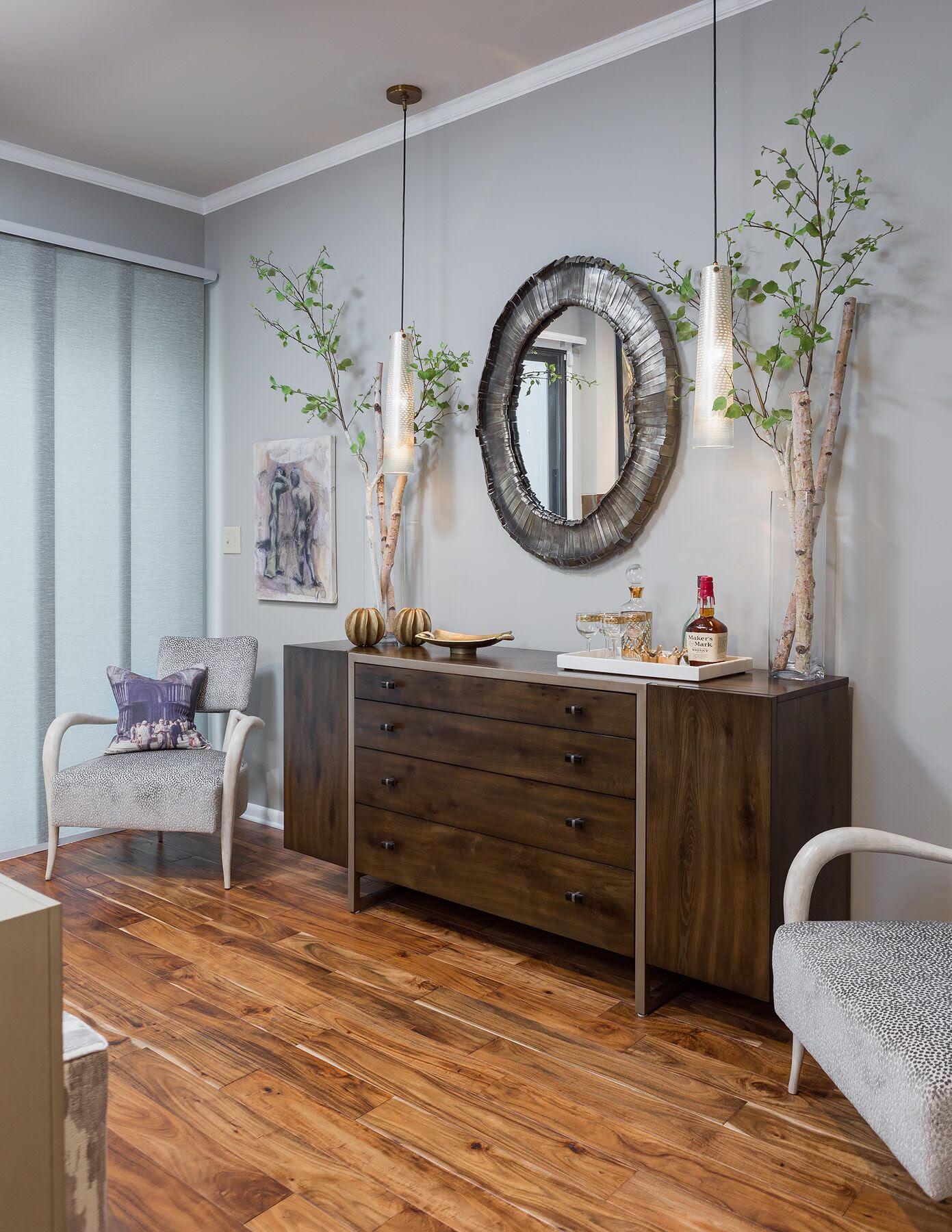 DESIGNER SPOTLIGHT - Cheryl Kees Clendenon, #livingroom #modernlivingroom #roundmirror #antlerchair
