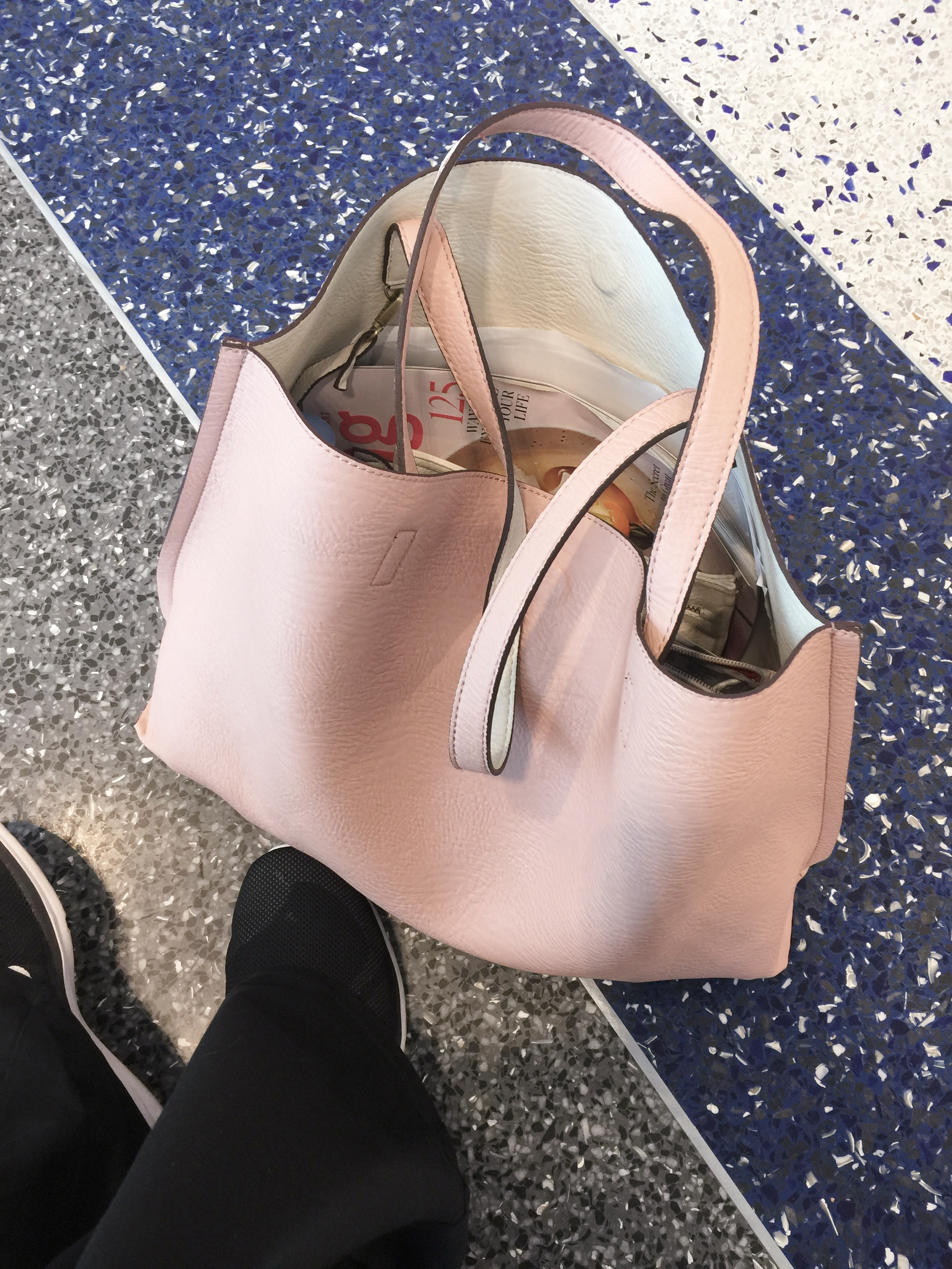 On my way to KBIS2017 in January, with my new pink bag from my own shopping guide!