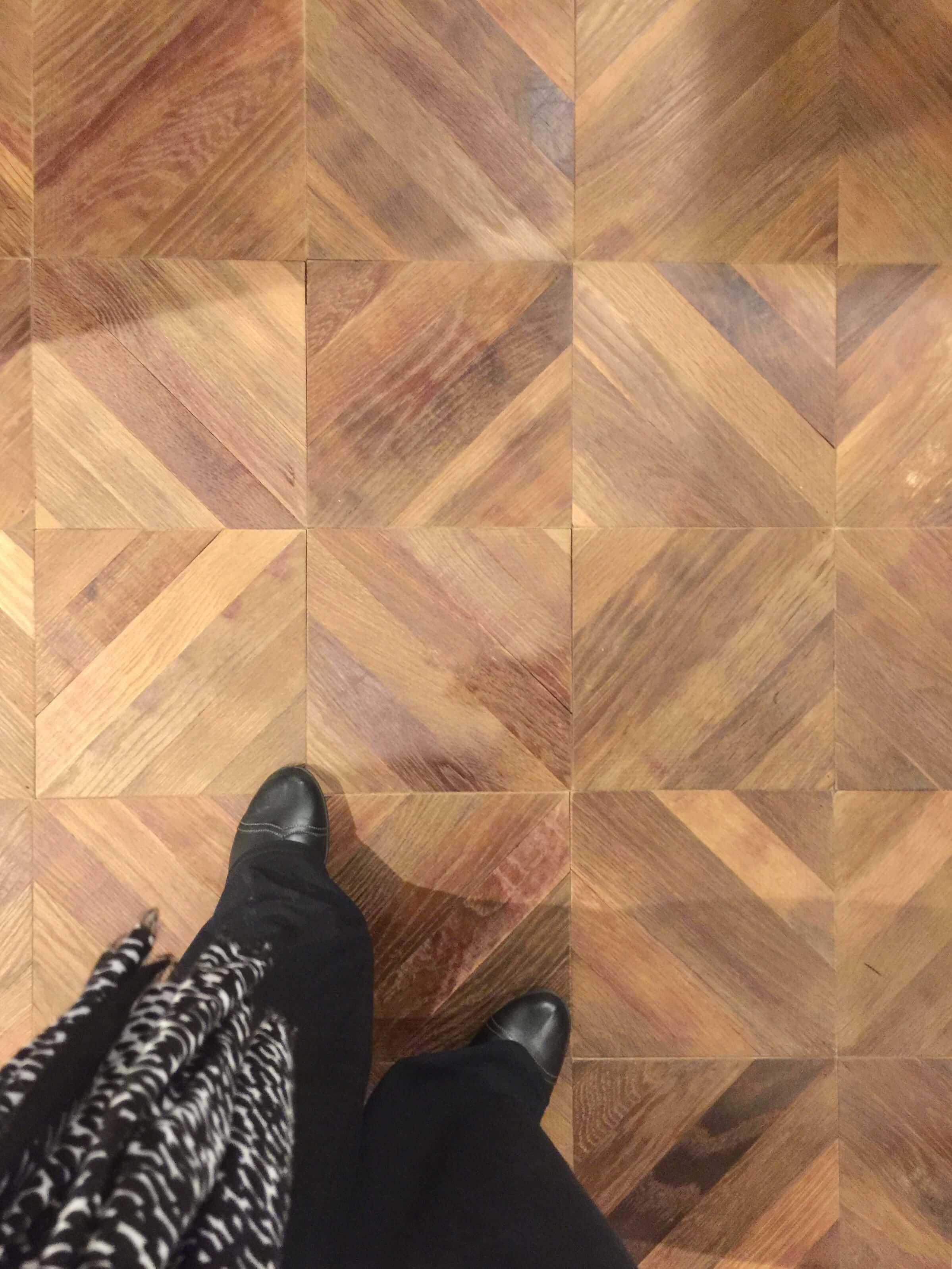 Wood flooring in The New American Remodel - Orlando, KBIS2018 #woodflooring #chevronwoodfloor #floorpattern