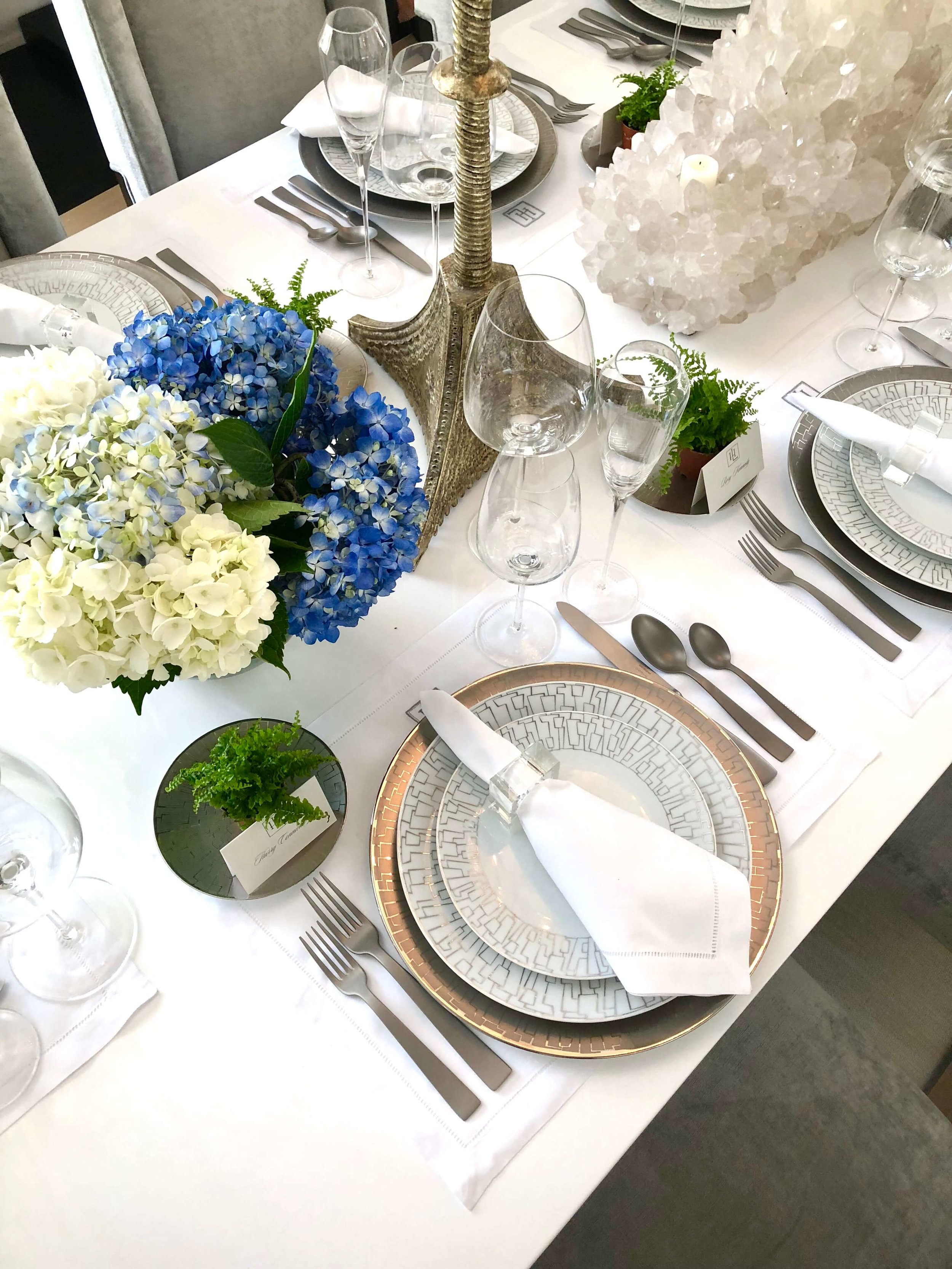 Dining room was designed by Elizabeth Lamont, from Room by the Beach, at the Pasadena Showcase House of Design 2018 #diningroom #diningroomideas #placesetting #entertaining #tabletop