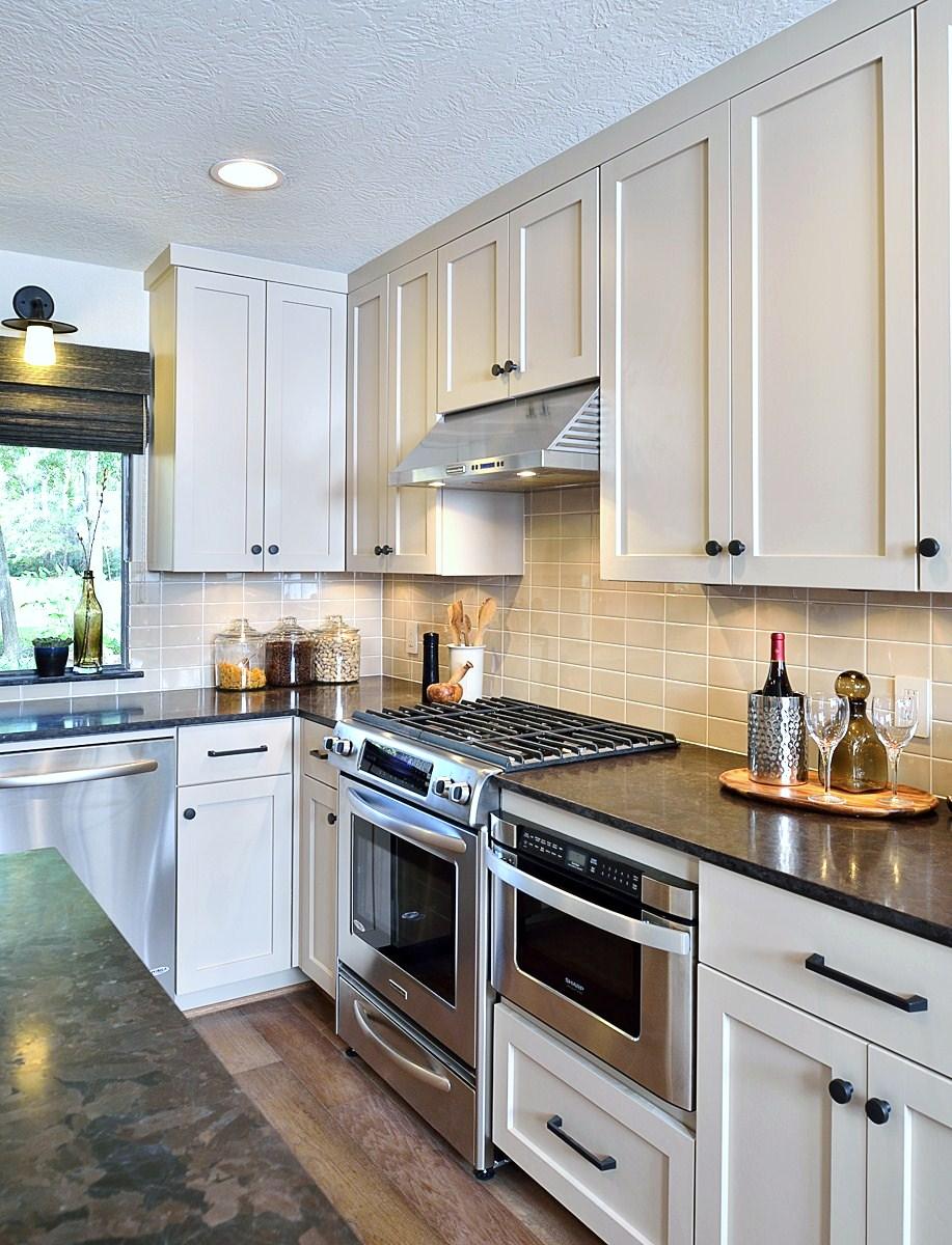 Kitchen Styling - Bachelor's first home - Carla Aston, Photographer: Miro Dvorscak #kitchenstyling