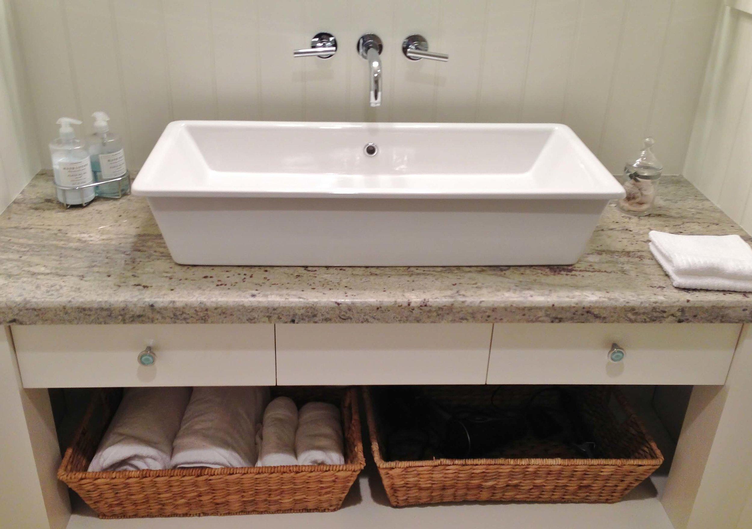 Ventura hs -Guest bath.JPG