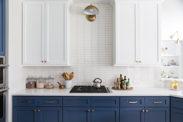 DESIGN TRICK - Kitchen with upper cabinets blended with backsplash | Designer: Carla Aston, Photographer: Colleen Scott