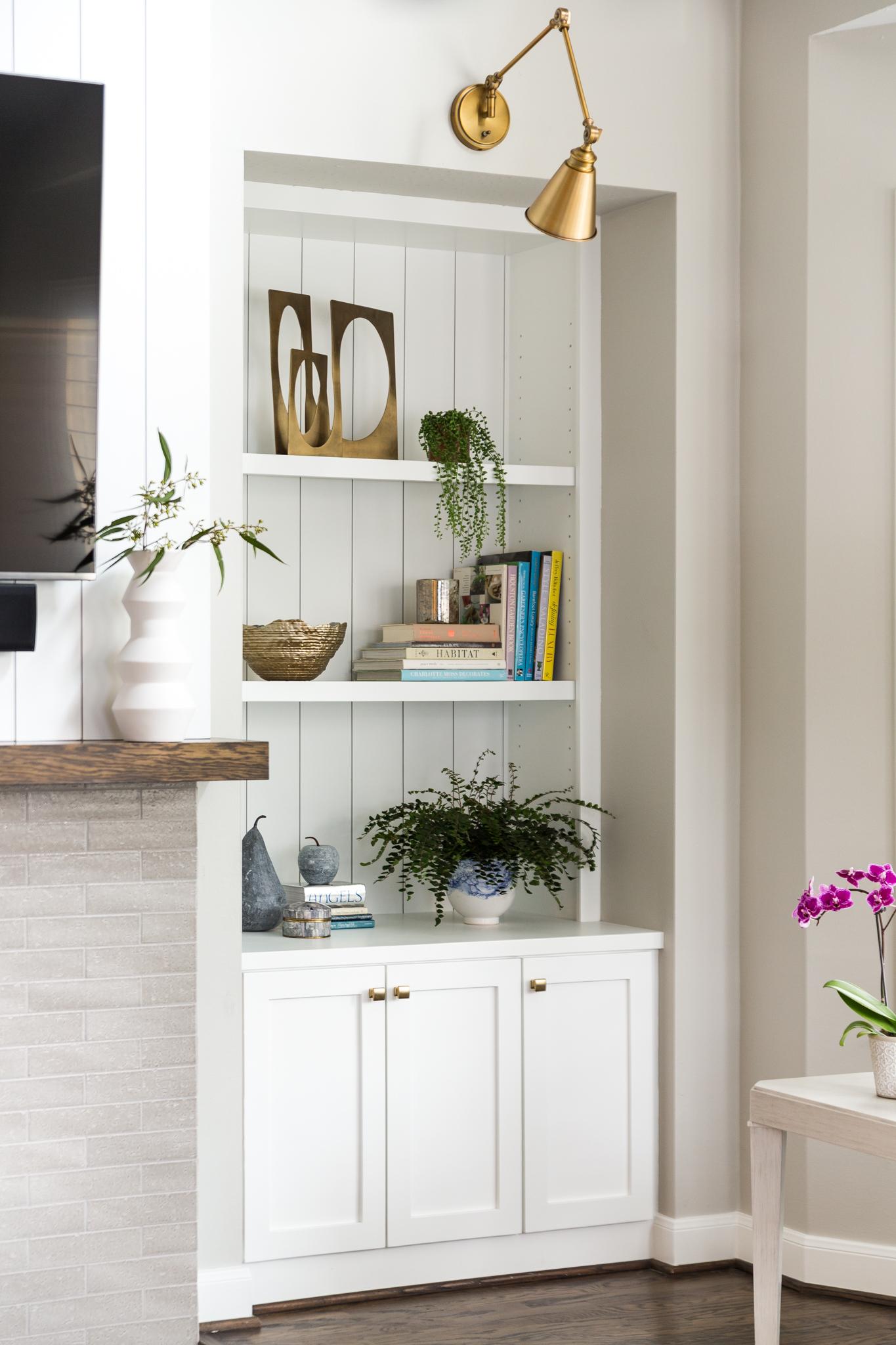 Bookshelf styling - Designer: Carla Aston, Photographer: Colleen Scott #bookshelfstyling #books