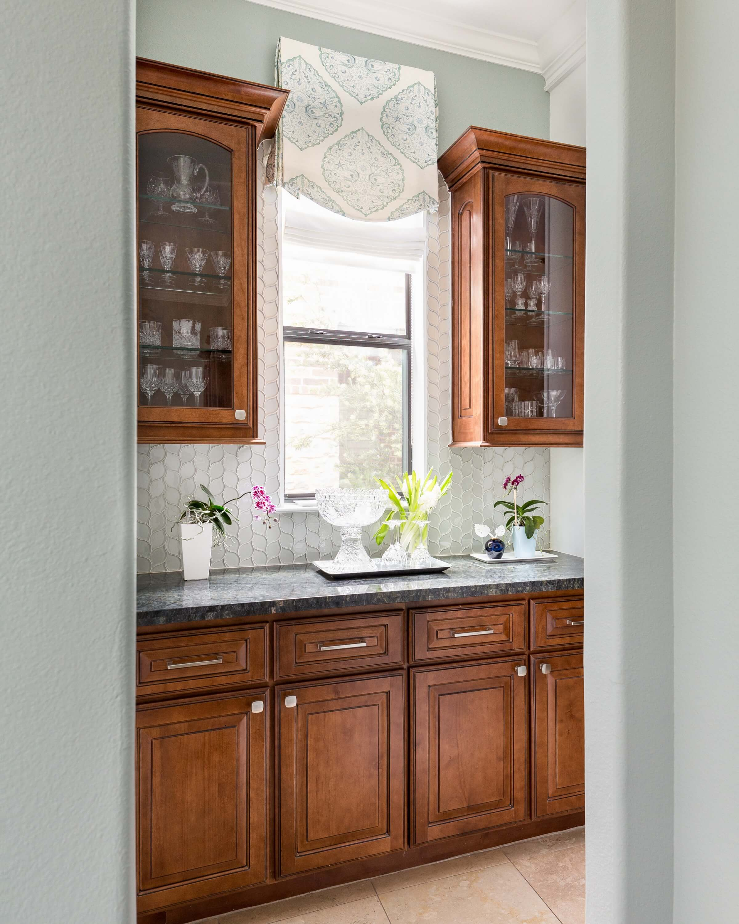 Coastal style kitchen makeover with wood cabinets and glass tile in Butler's Pantry - Carla Aston, Designer | Colleen Scott, Photographer | #turquoisekitchen #coastalkitchen #openshelves