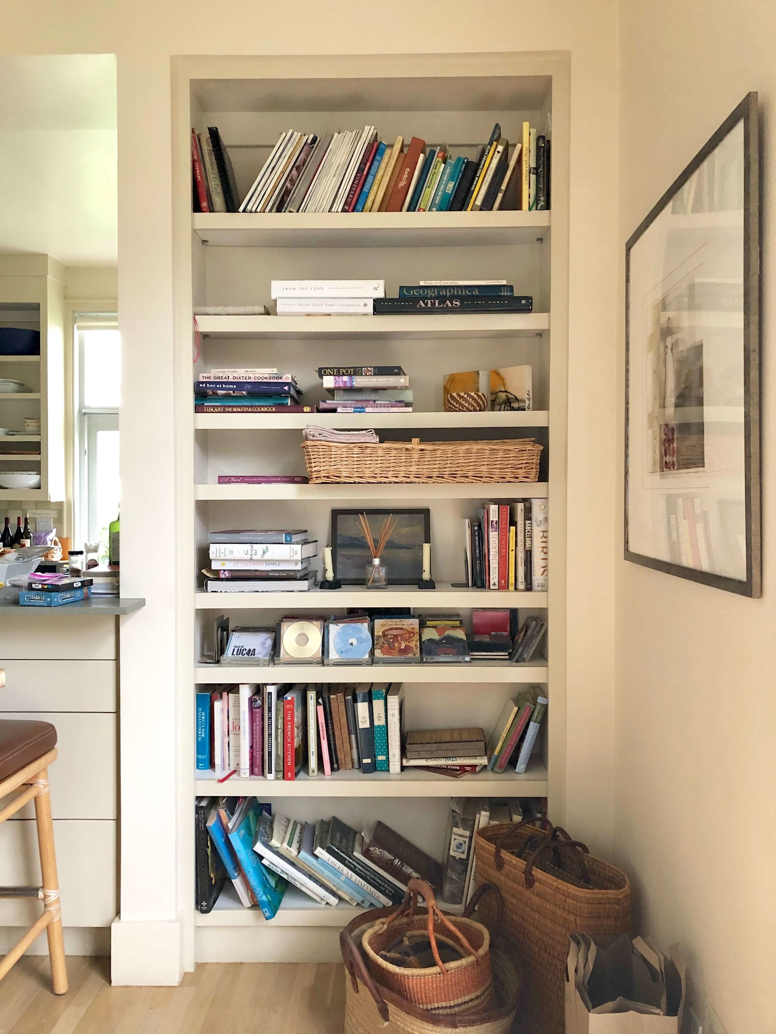 Cookbooks, travel books, baskets for marketing and day trips are all helpful and make for a lived-in vibe in this Sonoma Valley Airbnb. #airbnb #winecountry