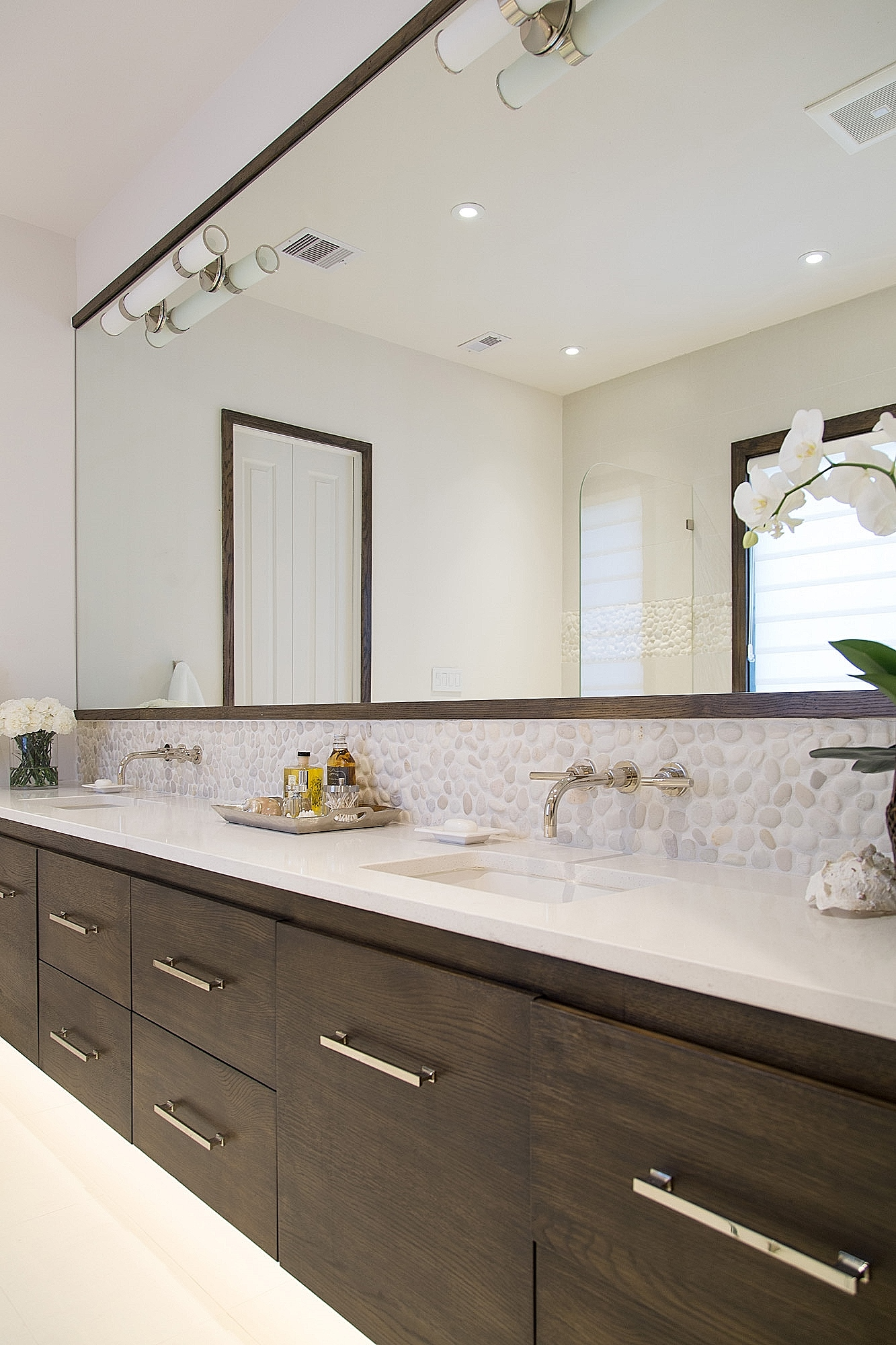 Floating linear look bathroom vanity in stained rift cut oak gives an open and more modern look in this remodel. Carla Aston, Designer | Tori Aston, Photographer #floatingvanity #riftcutoak #modernbathroom