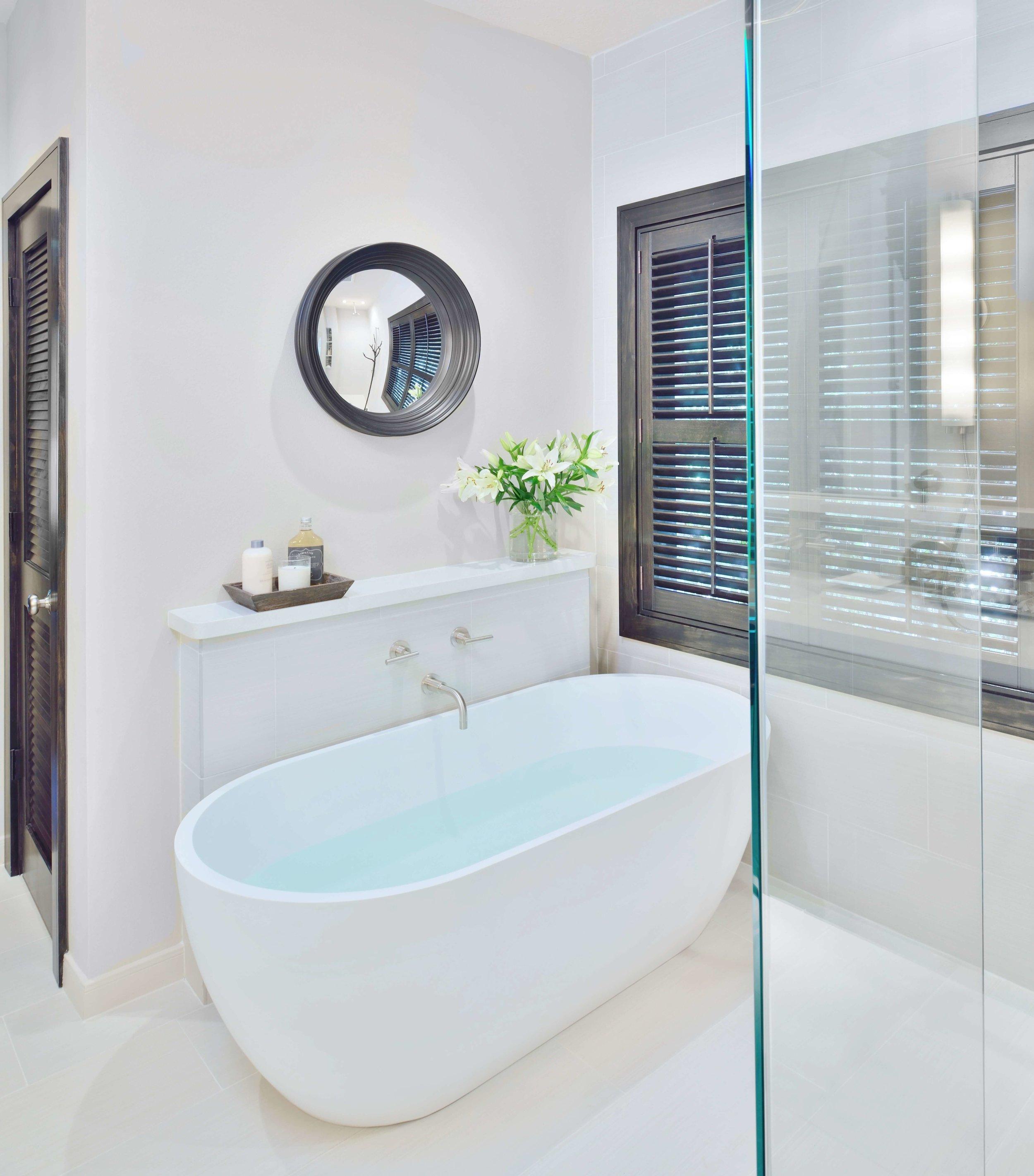 Free standing tub with ledge | Carla Aston, Designer | Miro Dvorscak, Photo | #freestandingtub #tub #bathroomdesign