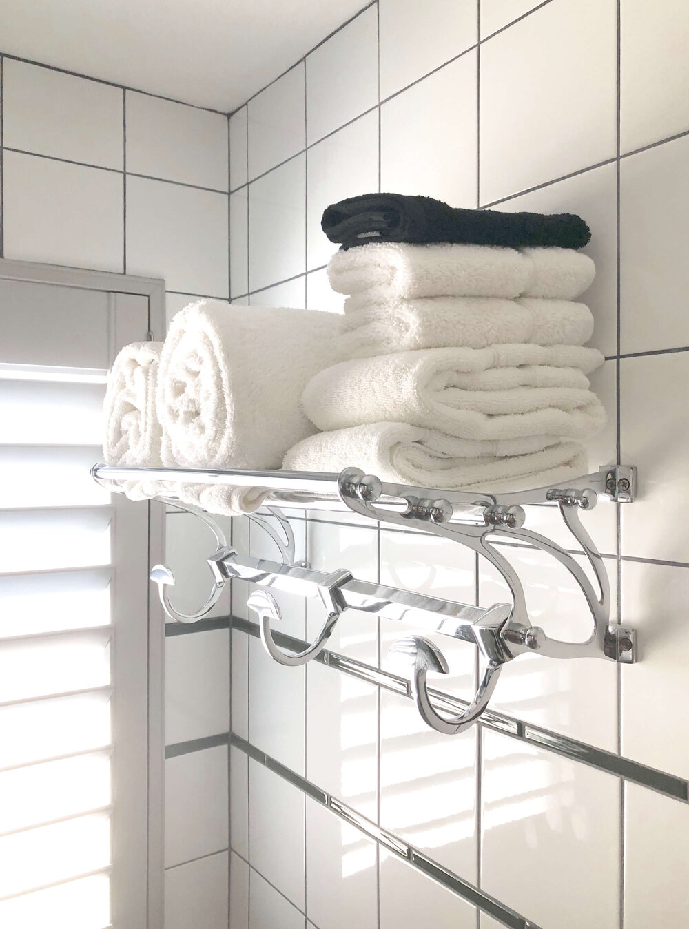 Small Bathroom Design Tips - Hotel bathroom with train rack style towel bar