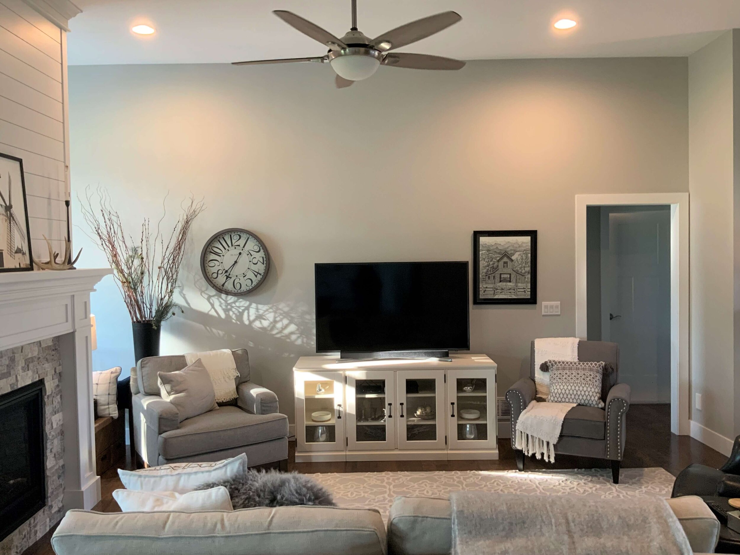 To Decorate A Blank Wall Around Tv, Large Living Room Layout Ideas With Tv Stand Decorations