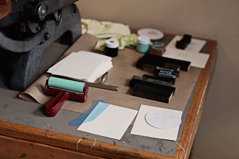Always place the brayer on its handle to avoid damaging the cylinder.