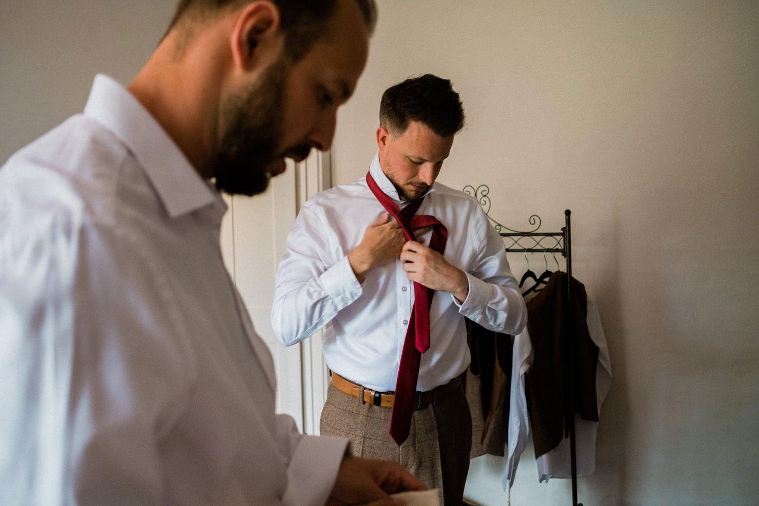 107-The-Groom-Getting-Ready-How-To-Do-Tie.jpg