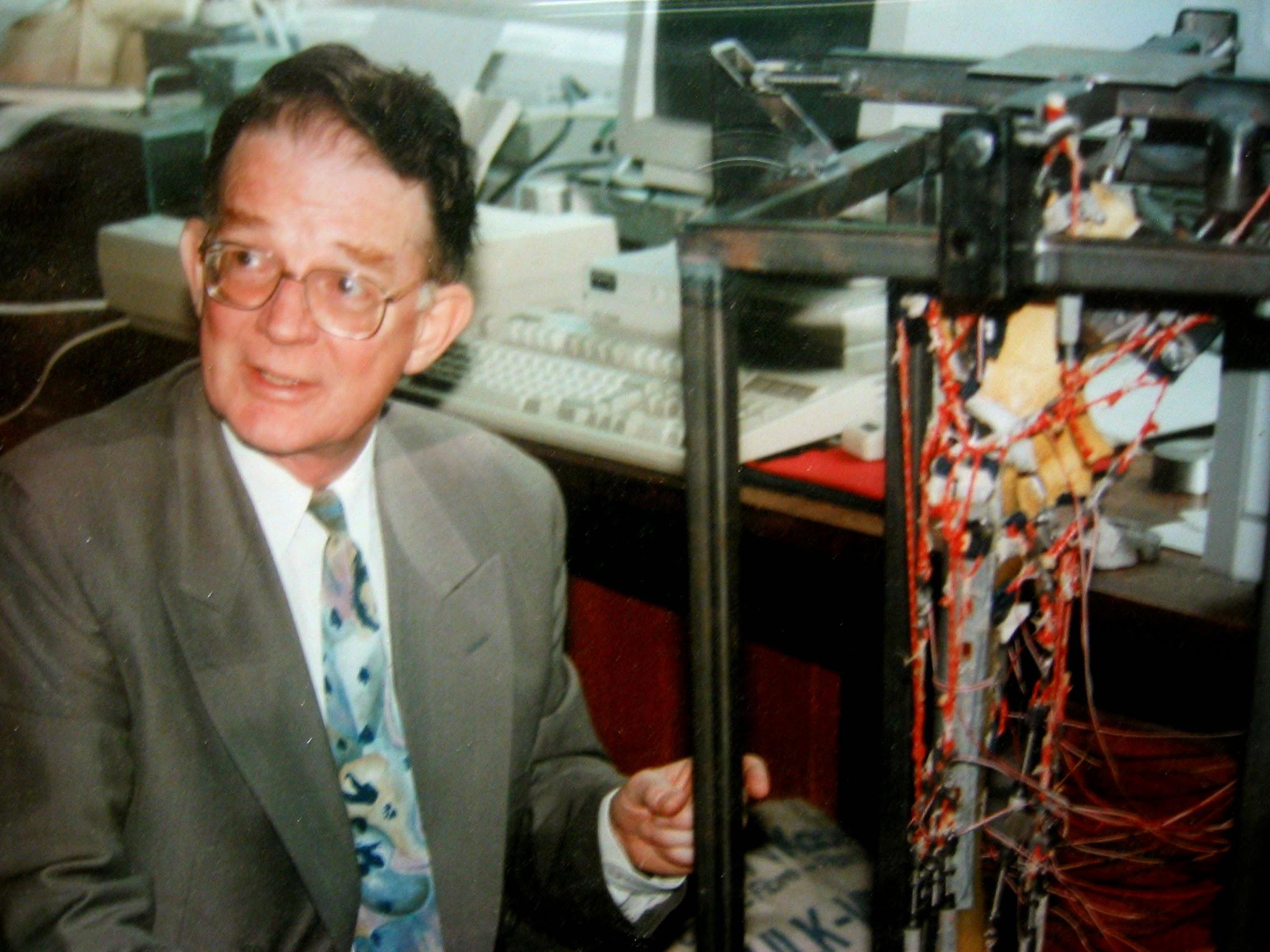 """Mr. Clive Lee - Engenheiro da Universidade de Exeter que idealizou o implante """"Exeter Hip"""" juntamente com Prof. Robert Ling."""