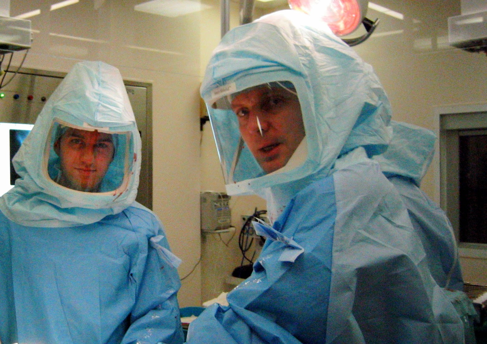 """Mr. John Timperley  (direita) e Dr. David Gusmão durante cirurgia em Exeter, Inglaterra. Veja o que dizem sobre Mr. Timperley: """"Everything he does is to the highest level, from the preparation through to the procedure and aftercare. He is the leader of evidence-based hip surgery using tried-and-trusted techniques.   There are four hip surgeons at Exeter and all are outstanding. This unit has pioneered and refined the way we do hip replacement in this country."""""""