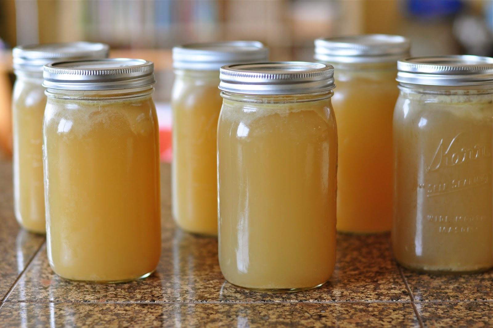 Caldo estocado em frascos para serem congelados e consumidos gradualmente.
