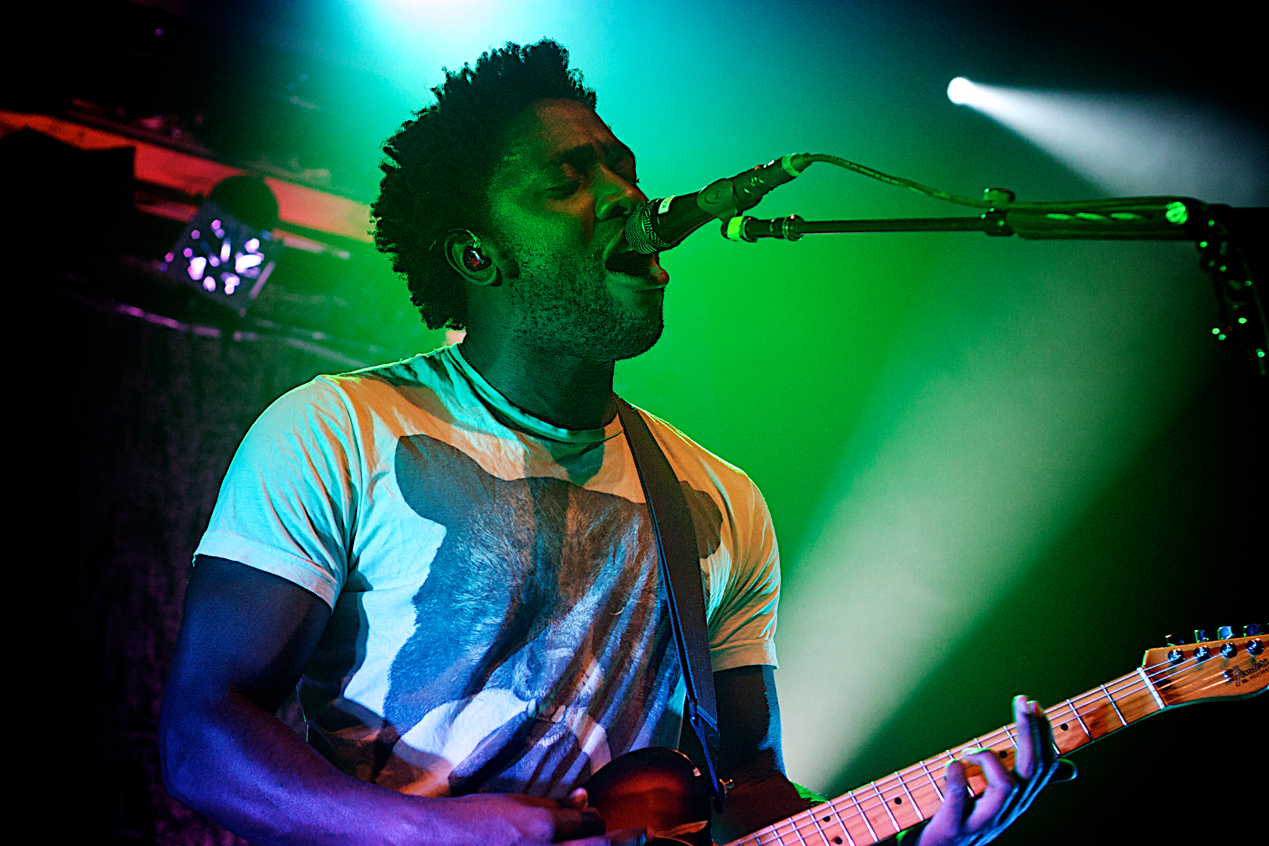 Kele Okereke serenades the crowd (Photo Credit: Robert Castro)