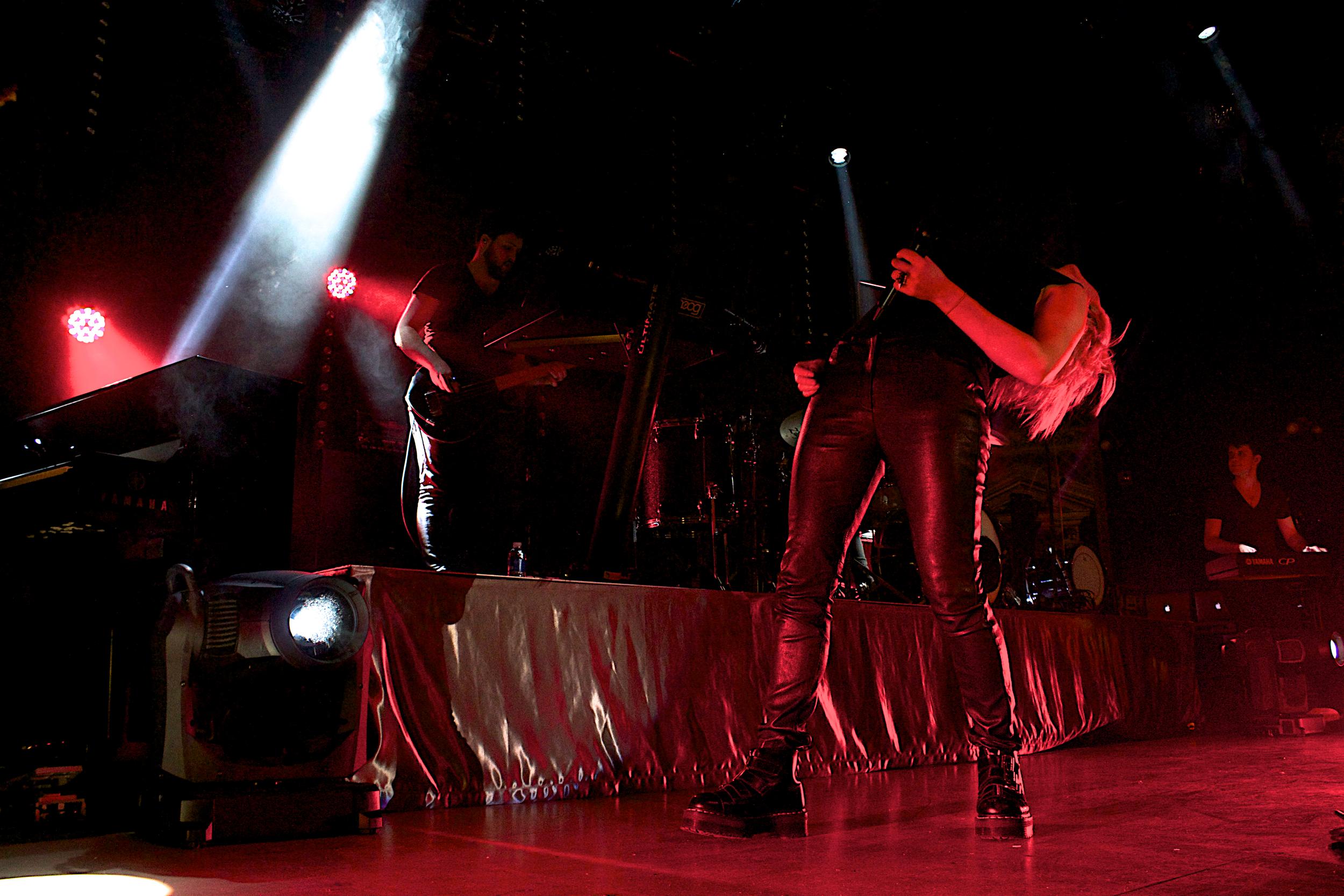 Ellie Goulding getting low (Photo Credit: Robert Castro)