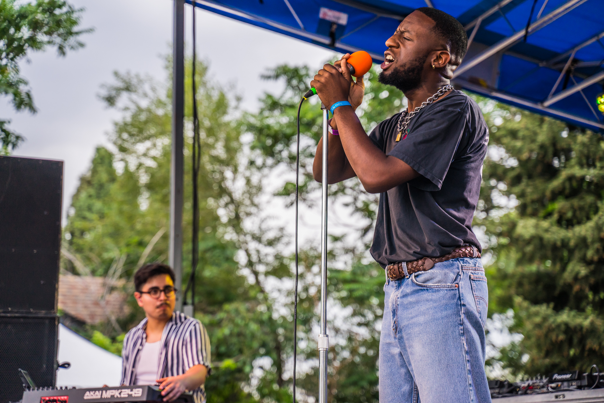 Texas emcee Deezie Brown shines. (Photo Credit: Robert Castro)