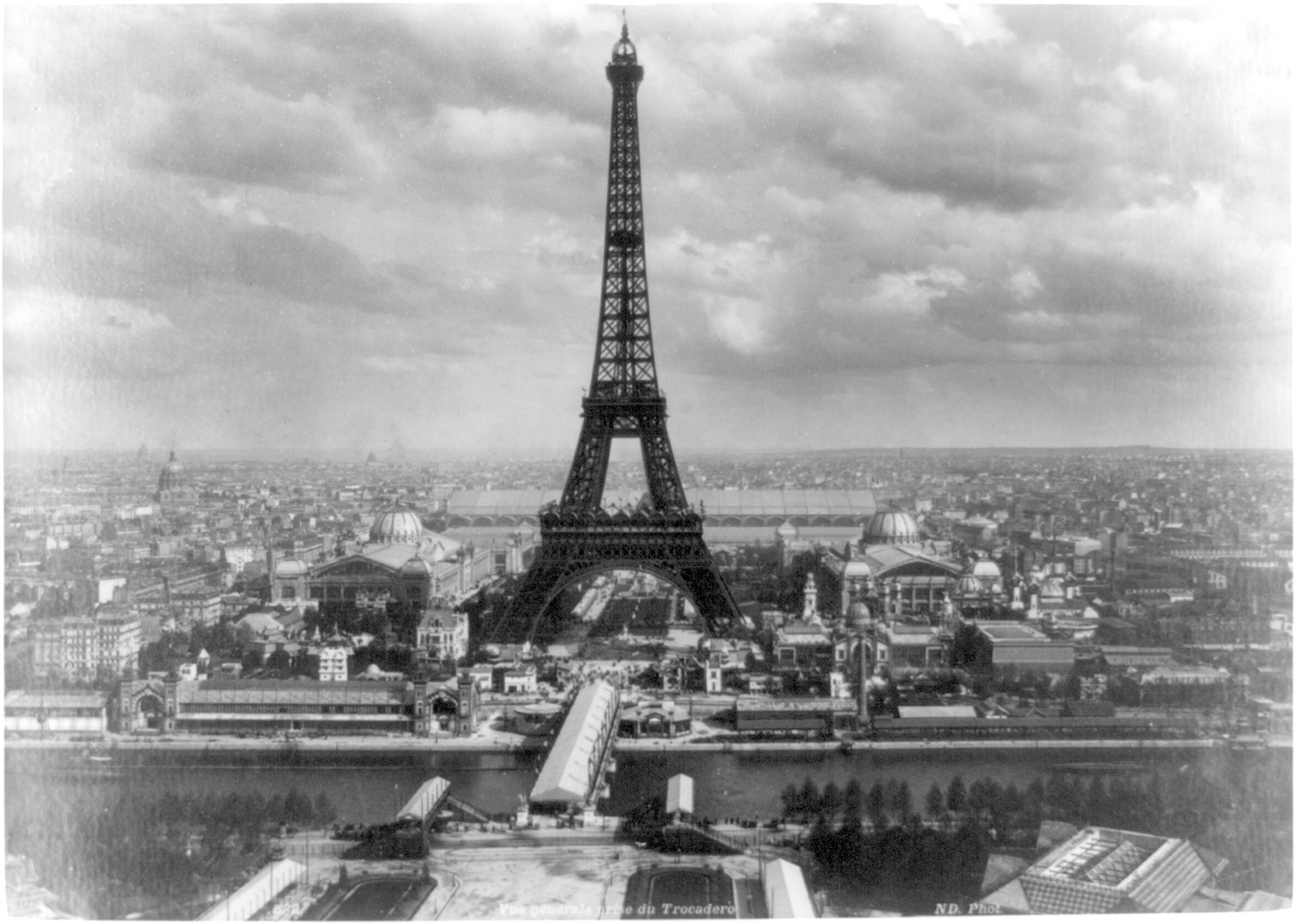 Eiffel_tower_at_Exposition_Universelle,_Paris,_1889.jpg