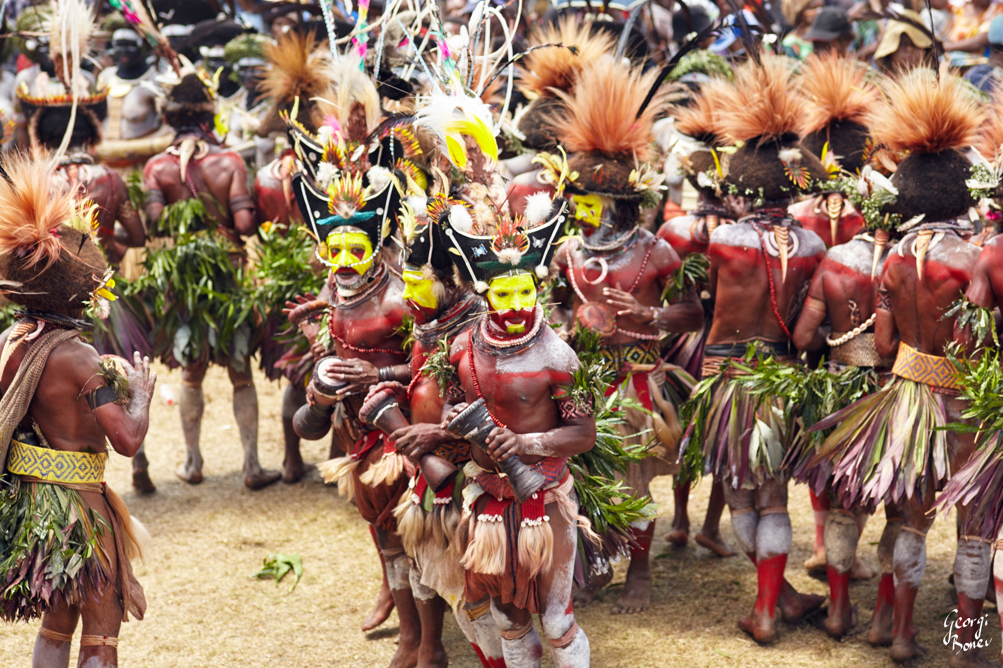 HULI WIGMEN AT SING SING CEREMONY, PAPUA NEW GUINEA