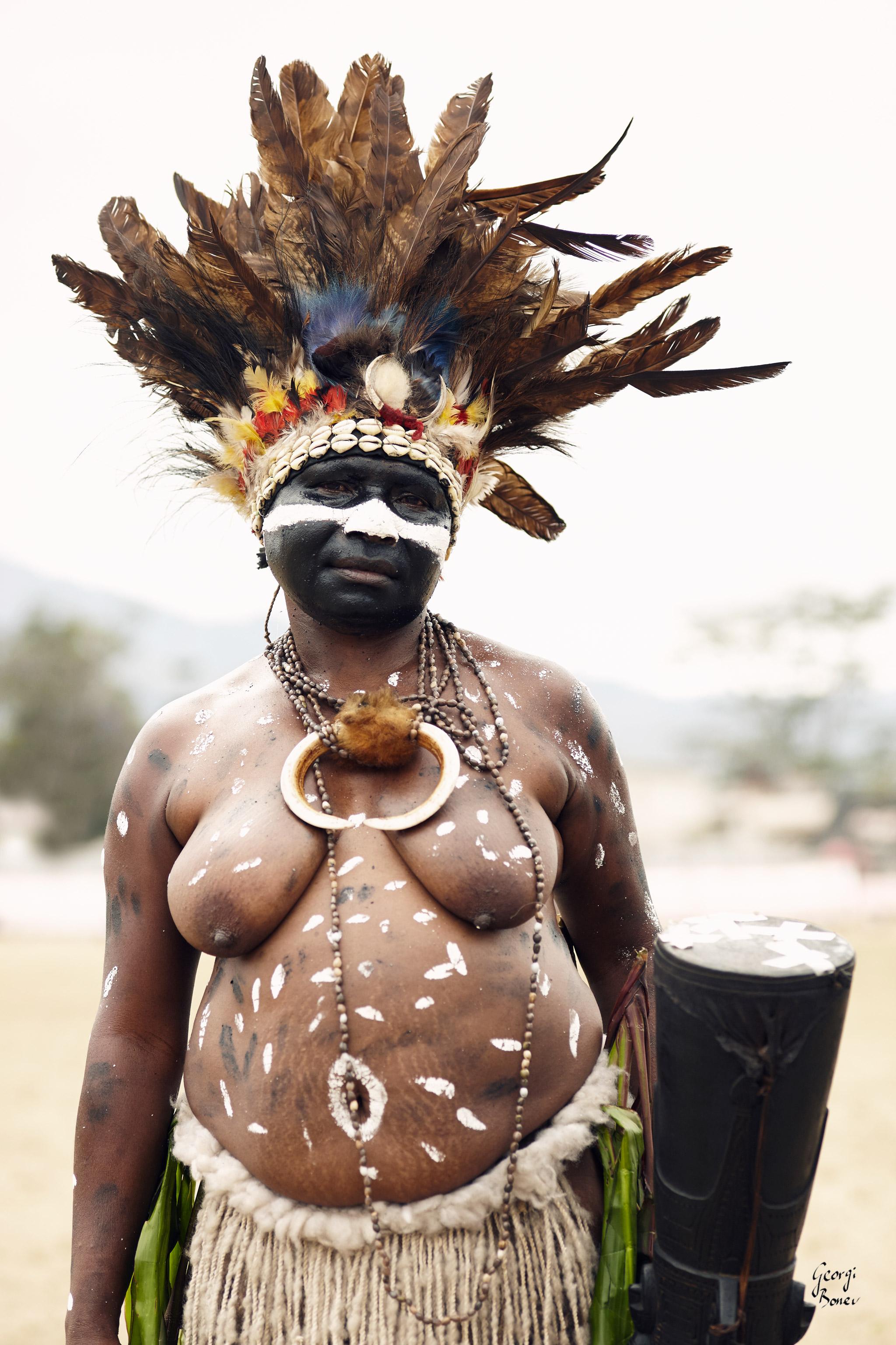 GILABAN WOMAN IN PAPUA NEW GUINEA