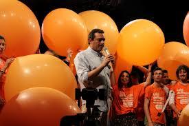Movimento Arancione - De Magistris in mezzo ai palloncini.jpg