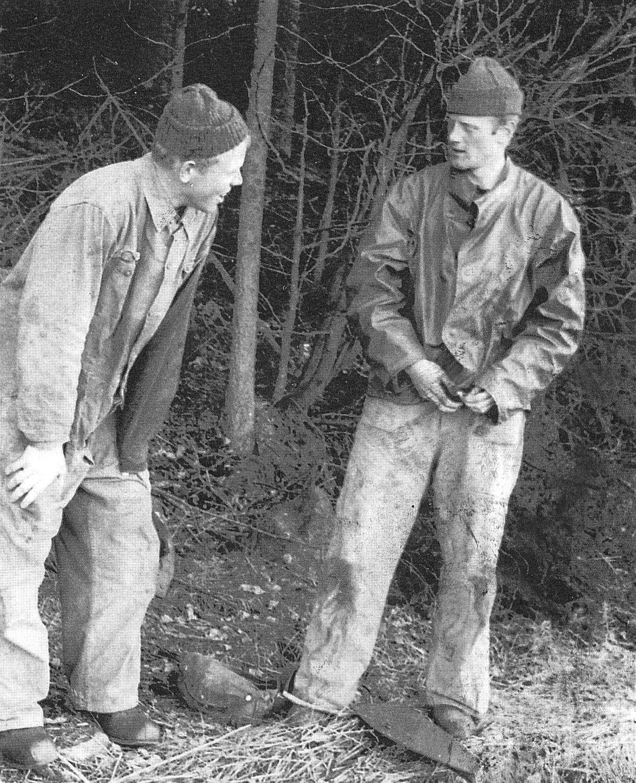Unge herr Fylking, till höger förbereder sig för omklädning, kanske till den rosa...   Foto: Gert Fylking