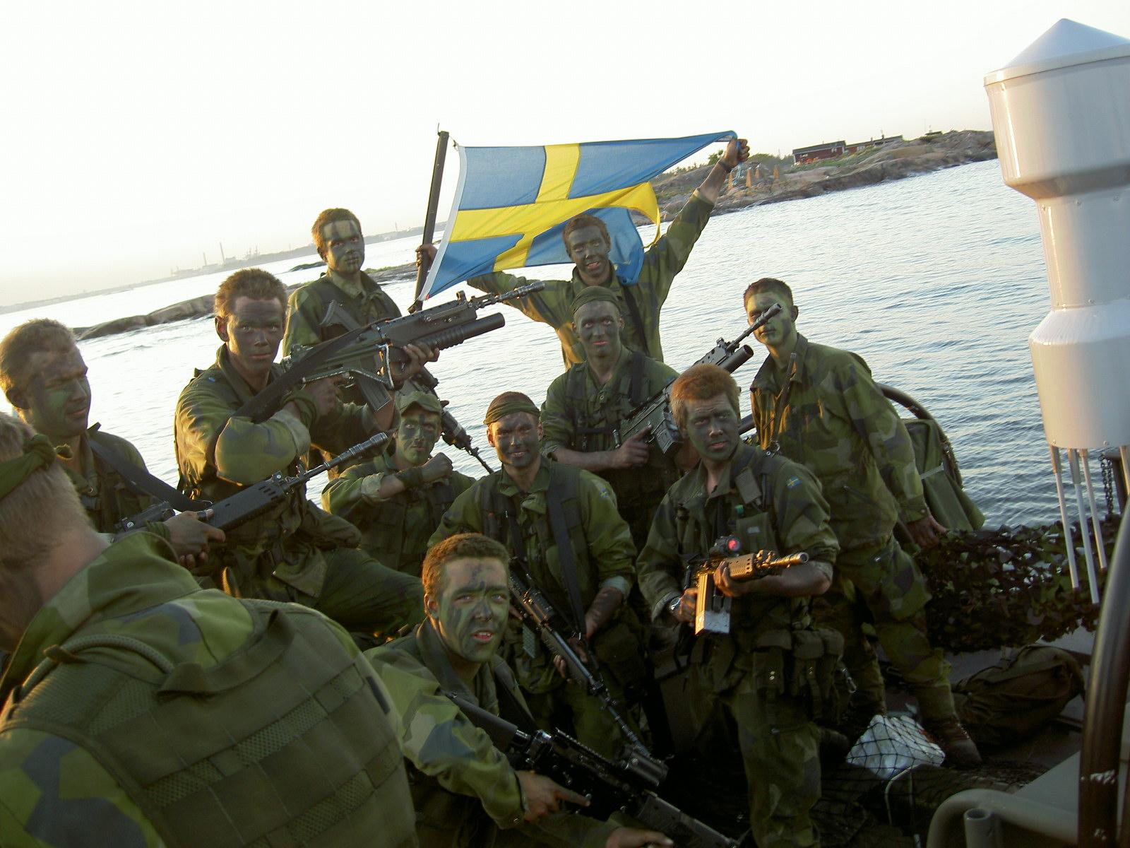 Laddade inför våldsam landstigning. Slutövning i Finland.