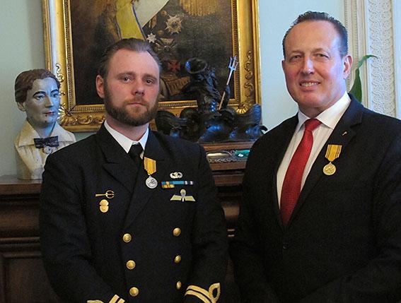 Kapten Robert Engström och Anti Avsan med kustjägarmedaljen