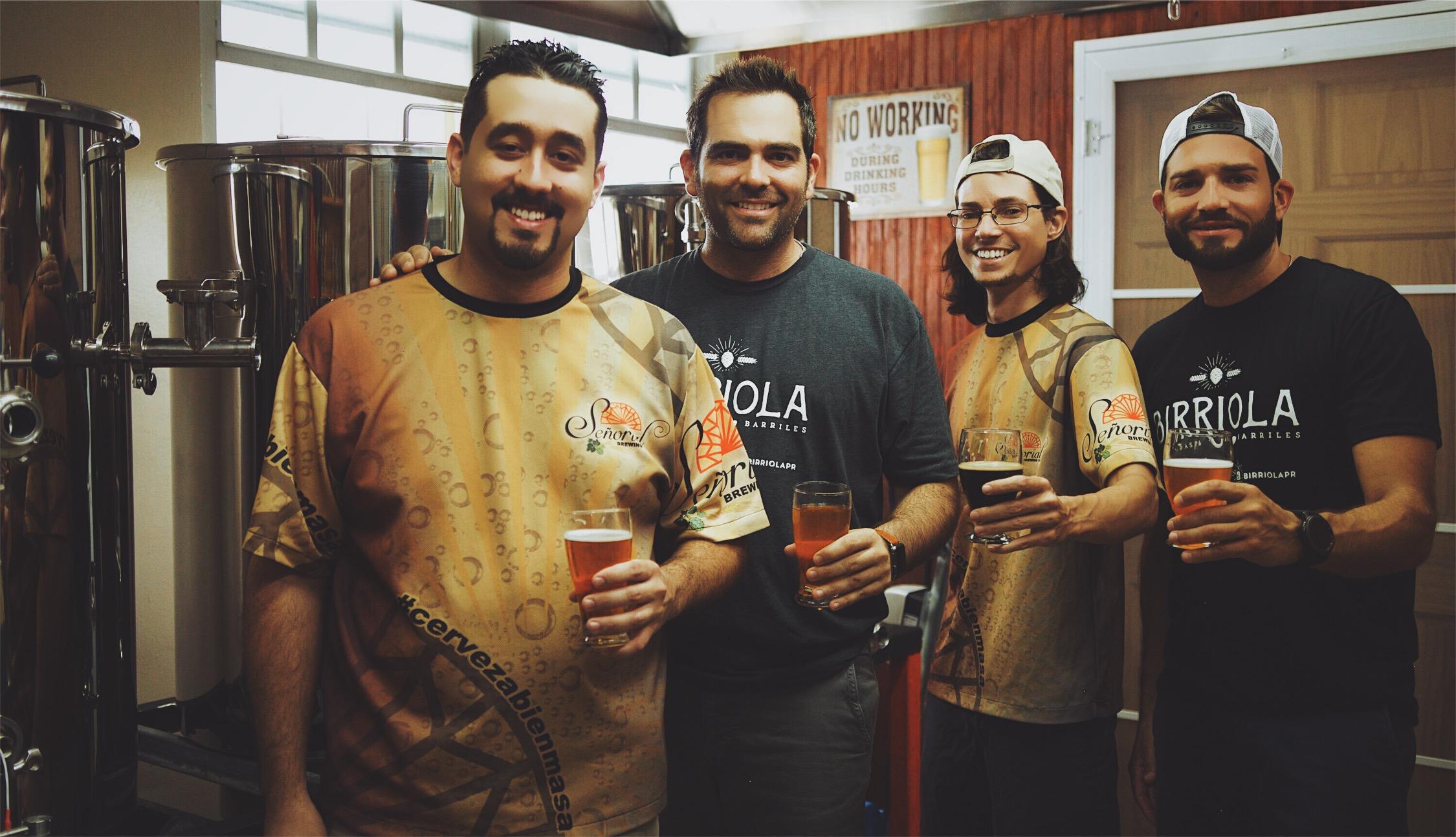 De izquierda a derecha: Luis Esteban de Señorial Brewing, Joseam de Birriola, Armando de Señorial Brewing y Jonathan de Birriola.