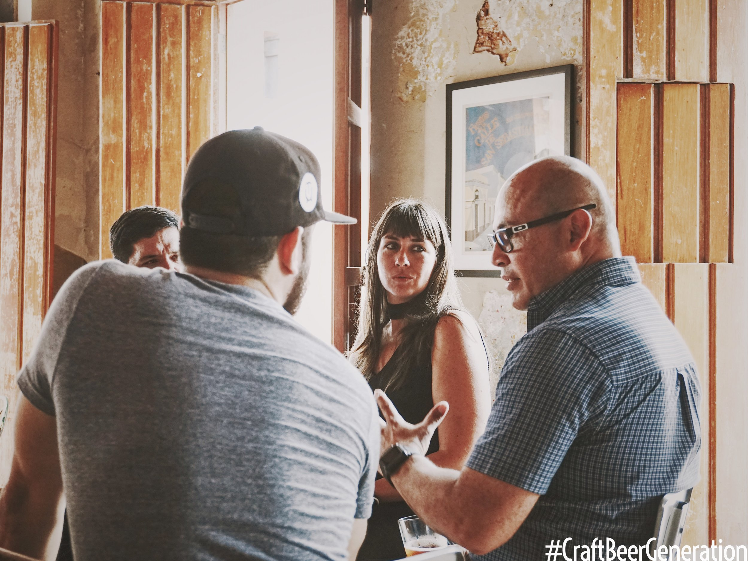 De izquierda a derecha: Gustavo Franceschini de Craft Beer Generation.Emelia Whitaker, Craft Beer Consultant de Ballester Hermanos y Humberto Díaz, Key Account Support de Ballester Hermanos.