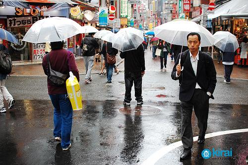 Transparent umbrellas make for better visibility. (Photo credit:ageekinjapan.com)