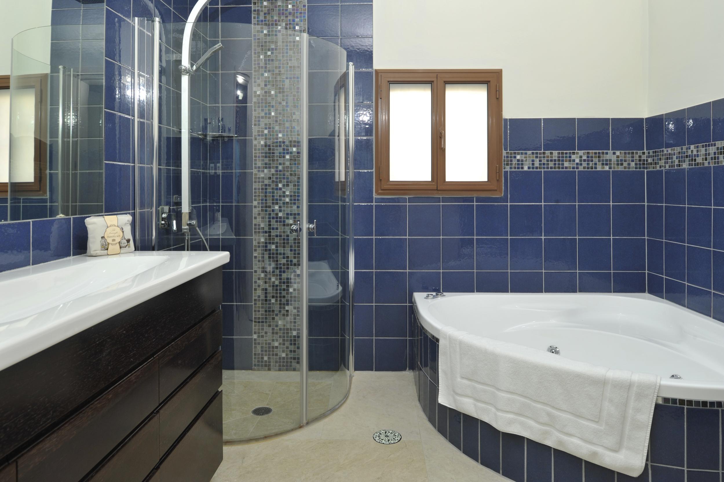 28 - Bathroom.JPG