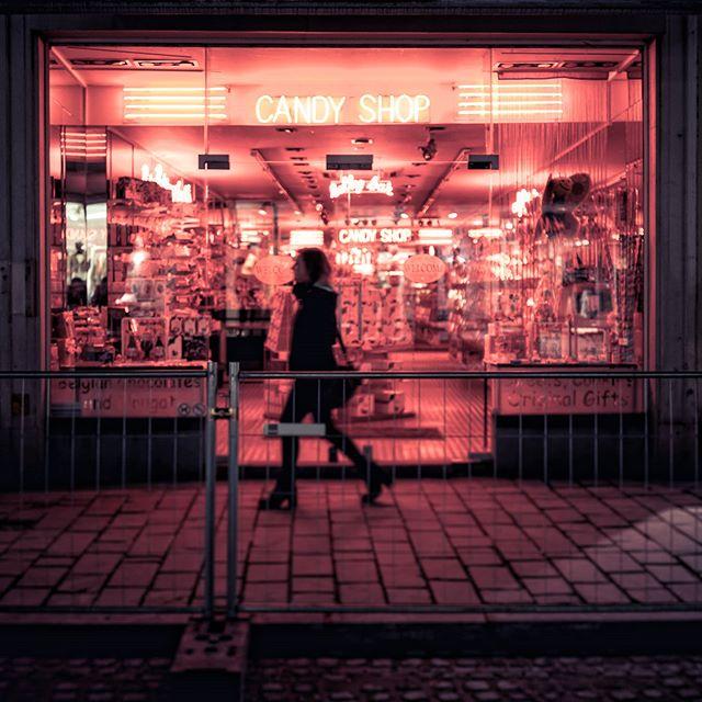 Walking by the candy store . . . . . . . #streetphotography  #instagoodmyphoto #photooftheday #instagood #instadaily #picoftheday #livethelittlethings #nothingisordinary #chasinglight #justgoshoot #exploretocreate #lensculturestreets #agameoftones #streetphotographyinternational #rohitgeorgephoto  #leicaq #leica #🔴