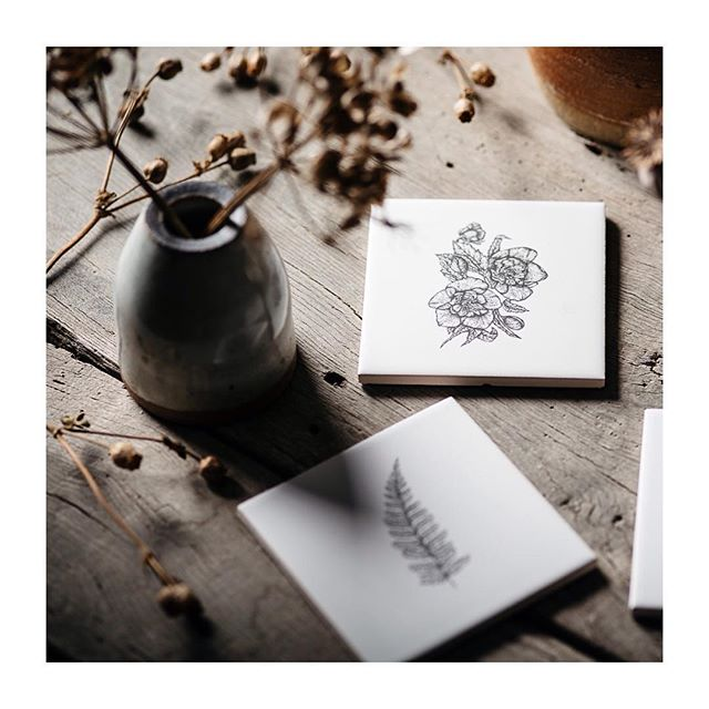 In the studio this week I have been working on botanical commissions which is timely as we cruise in to spring🌱🌾🌿 these hellebore | fern coasters are available through my site shop | link in bio 🙌🏻🙌🏻🙌🏻🌸 📸👉🏻 @theheadthetail ⚡️