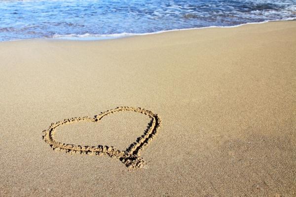 sand_heart_and_ocean_187066.jpg